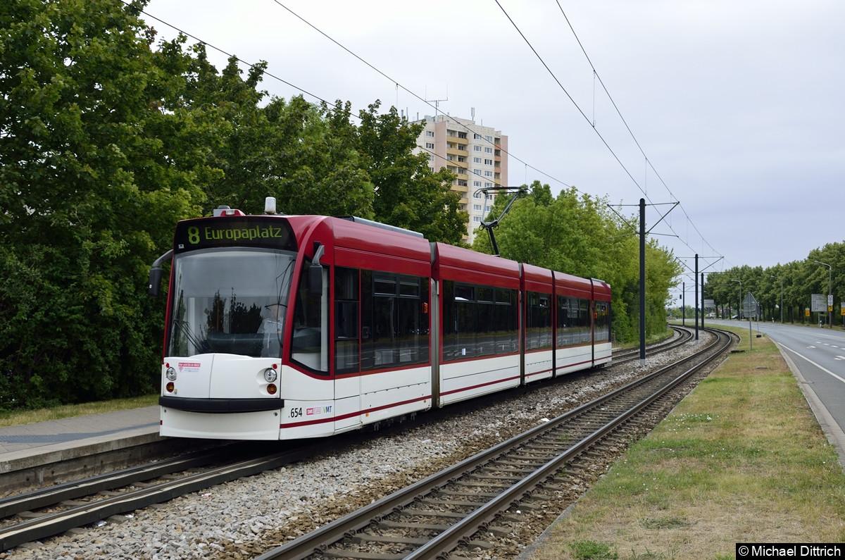 654 als Linie 8 an der Haltestelle Thüringen-Park.