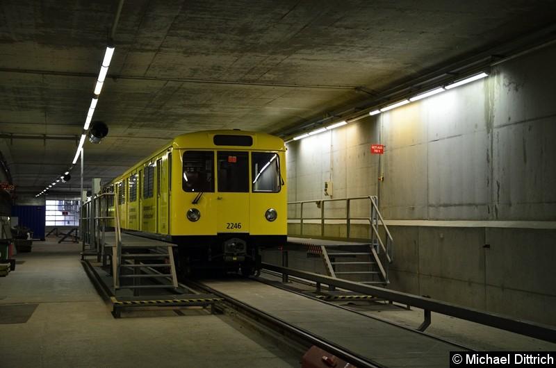 Abgestellt steht der DL, er wird während der Sperrung aus dem Tunnel raus geholt.
