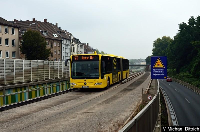 4673 als Linie 147 verlässt die Spurbusstrecke.