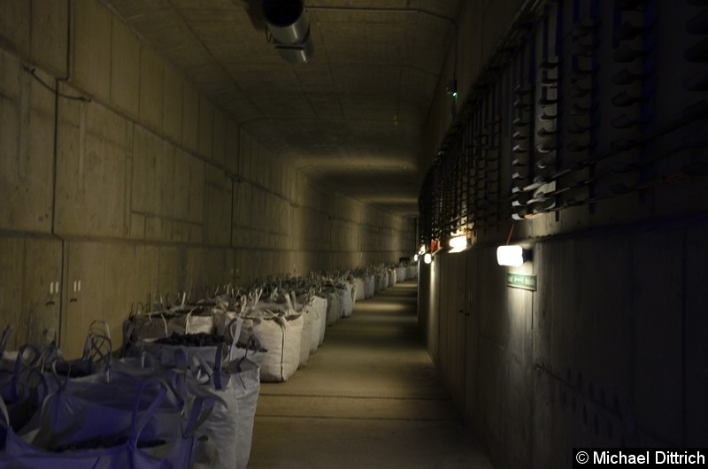 Powerpacks mit Schotter liegen schon bereit. Blick in den Tunnel in Richtung Hönow, wenn die Verlängerung zur Turmstraße realisiert werden sollte.