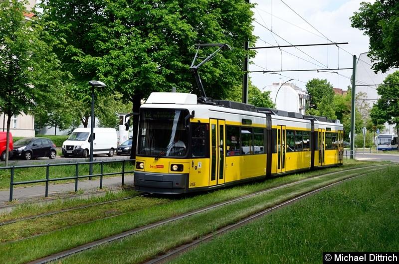 Bild: 2006 als Linie 12 zwischen den Haltestellen Stahlheimer Str./Wisbyer Str. und Prenzlauer Allee/Ostseestr.