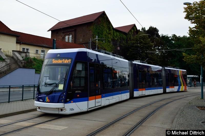 Der aus Jena ausgeliehene Wagen 705 bei der Sonderfahrt am Hauptbahnhof.