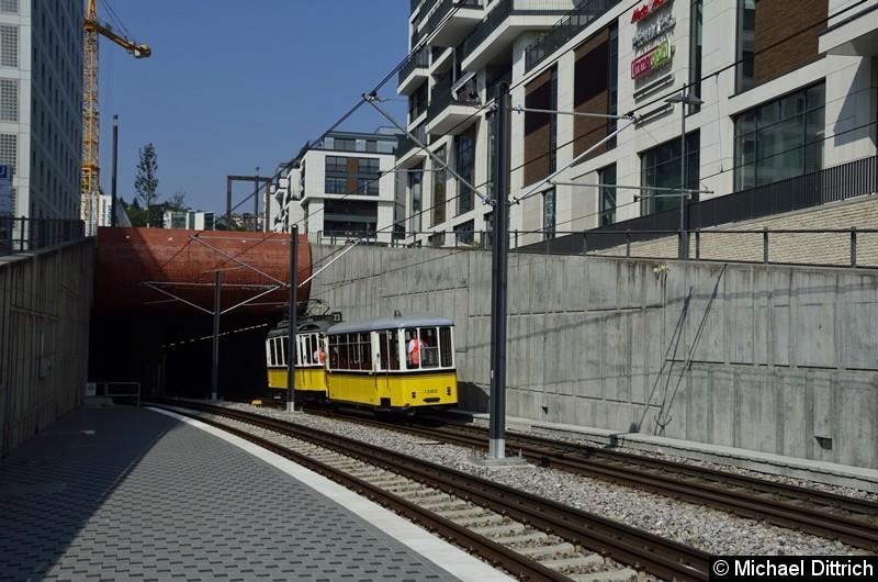 Nachdem eine Stadtbahn hinter ihm stehen blieb und nach einiger Zeit in der Gegenrichtung verschwand, war klar. Der Oldtimer ist kaputt. Tatsächlich kam kurz darauf der Zug rückwärts aus dem Tunnel um so nach Cannstatt zu fahren.