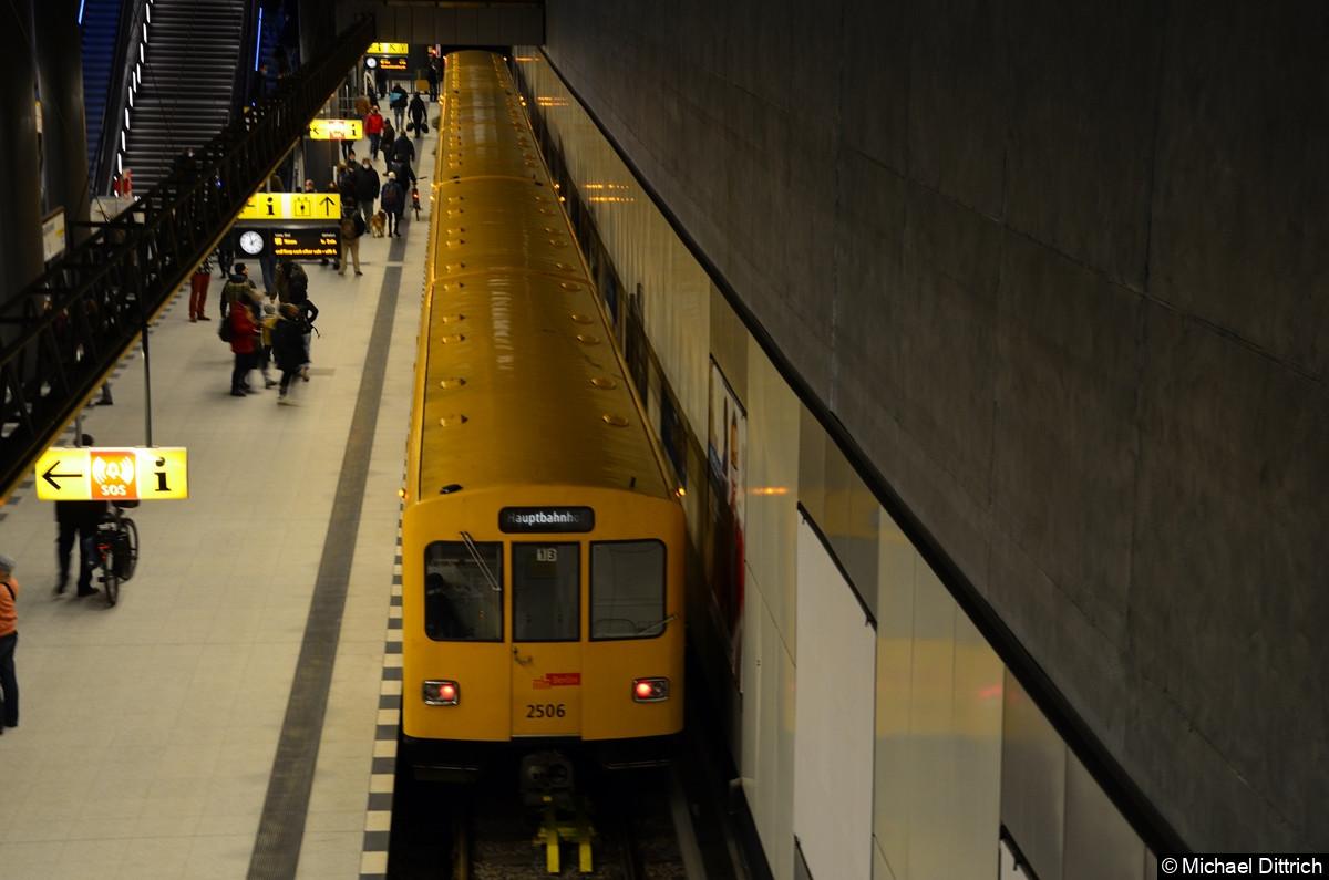 Eröffnung der U5 zu Hauptbahnhof. Einer der ältesten U-Bahnfahrzeuge 2506 traf auch in Hauptbahnhof ein.
