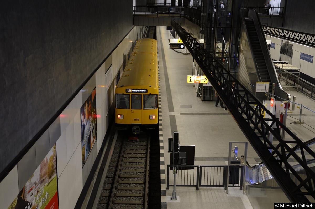 Weit seiner Zeit vorraus, zeigte hier die Einheit 2559/2558 als Linie die U5 an. Sie fuhr hier noch als Linie U55.
