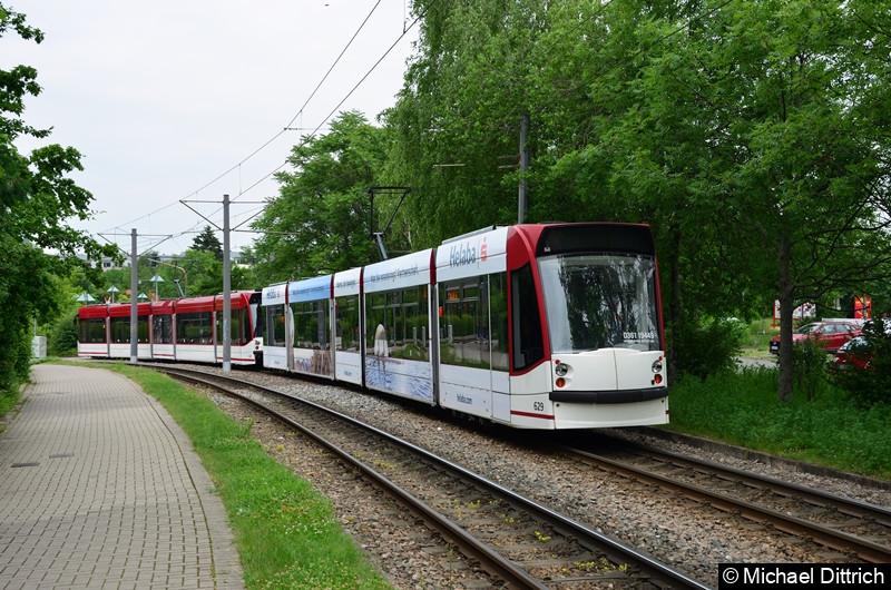 Combino 641 und 629 als Werkstattfahrt zwischen den Haltestellen Melchendorf Markt und Melchendorf.