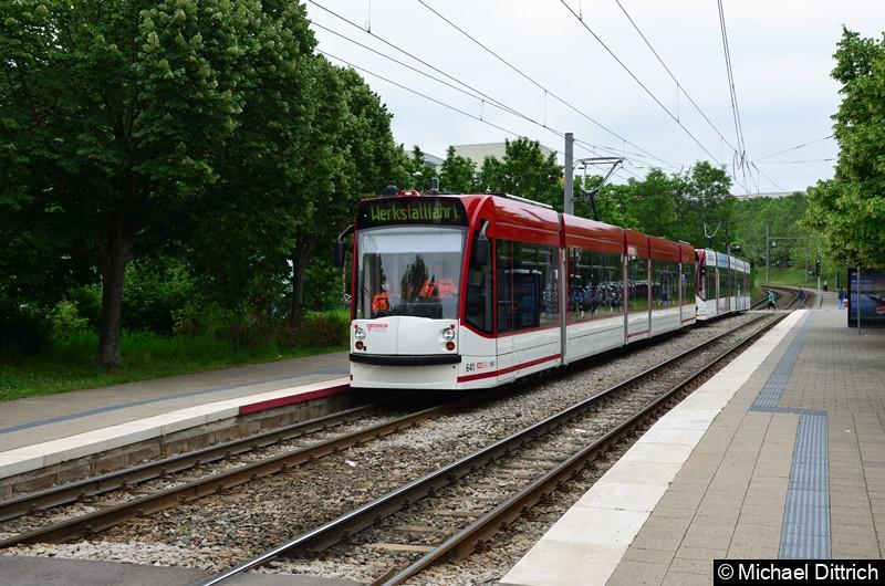 Combino 641 und 629 als Werkstattfahrt an der Haltestelle Melchendorf Markt.